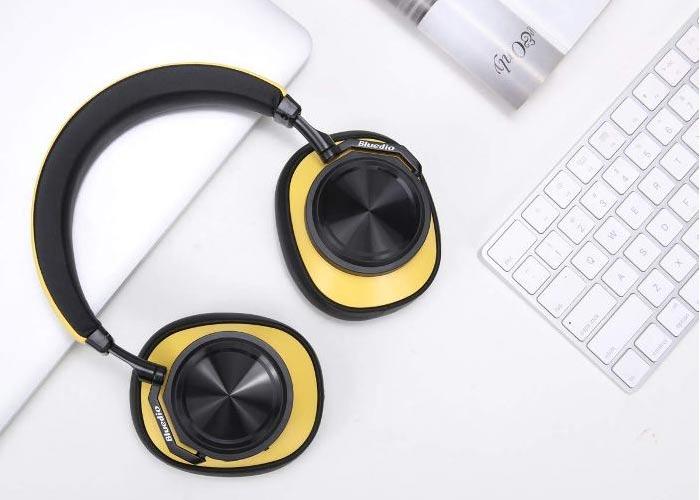 Tai nghe chụp tai với phụ kiện khá đầy đủ tiện lợi