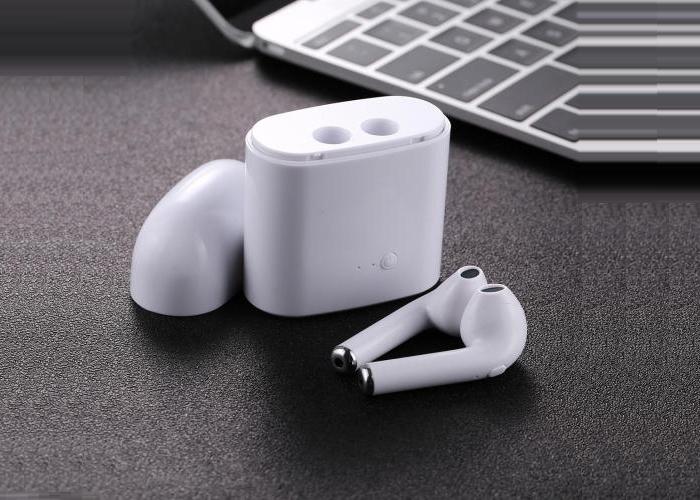 Hộp phụ kiện đi kèm là thiết bị bảo quản tai nghe khi bạn không sử dụng. Nó sẽ cung cấp thêm 2 - 3 lần sạc nhồi liên tục cho tai nghe